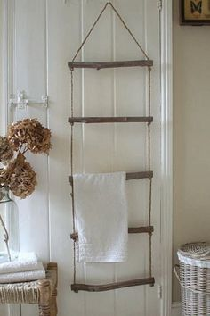 toallero con forma de escala, hecha con cuerda y maderas de deriva