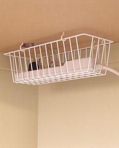 #Aménager - Pour ne plus se prendre les pieds dans les fils, fixez un panier sous votre bureau