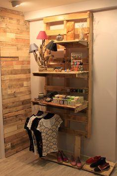 Étagère murale réalisée à partir de bois de palette, avec des étagères amovibles, par la boutique Martxuka
