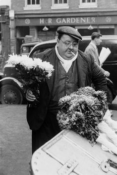 grant a london flower seller covent garden market 1952 museum of london Victorian London, Vintage London, Old London, London History, British History, Candid Photography, Street Photography, London Market, Victorian Paintings
