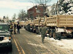 Gouverneur Cuomo verhängte für Landstriche im Nordwesten des Bundesstaats den Notstand und rief die Nationalgarde zu Hilfe, um Menschen aus eingeschneiten Autos zu befreien und in Notunterkünfte zu bringen.