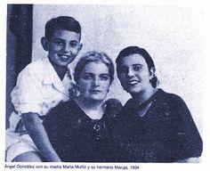 Ángel González con su madre María Muñiz y su hermana Maruja.