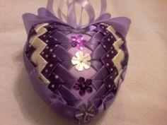 láska ve fialové polystyrenové srdíčko vel. 8cm, falešný patchwork, tentokrát je přední strana řešena trochu netradičně :), celé je dozdobené glitry.