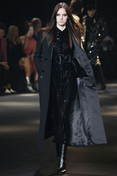 Saint Laurent Pre-Fall 2016 Fashion Show Collection: See the complete Saint Laurent Pre-Fall 2016 collection. Look 61 Fall Fashion 2016, Fashion Week, Autumn Winter Fashion, Trendy Fashion, High Fashion, Fashion Show, Fashion Outfits, Fashion Design, Fall Winter
