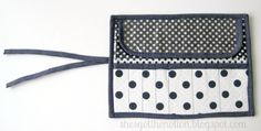 Fat Quarter Series: Makeup Brush Roll Tutorial Sewing Lessons, Sewing Hacks, Sewing Tutorials, Sewing Projects, Makeup Brush Roll, Makeup Brush Holders, Diy Makeup Bag, Fat Quarter Projects, Diy Projects To Try