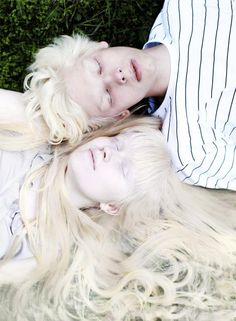 albino models Nastya Zhidkova & Kriss Balch ~ by Anna Danilova. Modelo Albino, Albino Girl, Albino Twins, Pretty People, Beautiful People, Melanism, Comme Des Garcons, White Aesthetic, Pale Skin