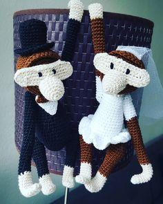 """19 Synes godt om, 4 kommentarer – Louise og Trine (@garnhyggerne) på Instagram: """"Når man er så heldig at blive inviteret til bryllup hos nogle skønne mennesker, var de her et…"""" Crochet Gifts, Crochet Toys, Knit Crochet, Burlap Wreath, Diy Clothes, Mini, Diy And Crafts, Dinosaur Stuffed Animal, Projects To Try"""
