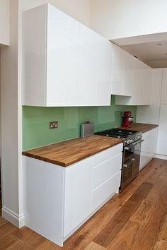 Made from a completely natural product, wooden worktops are a great way to give your kitchen a stylish and natural look. You can install wooden worktops to create a traditional. Wooden Benchtop Kitchen, Wooden Kitchen Bench, Solid Wood Worktops, Handleless Kitchen, Kitchen Benches, Kitchen Units, Kitchen Flooring, Kitchen Cupboards, Wood Flooring