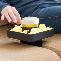 para sofa bebida y snacks couch buddy Beaufort House, Plate Holder, Drink Holder, Couch, Plates, Snacks, Make It Yourself, Drinks, Eat