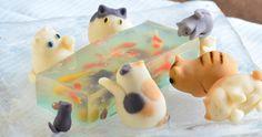 ゴールドフィッシュをキャッチしようとしているキャンディー・キャッツは、マザー・ドゥー・デュオによって作られたゼリーでくっついている| 穿孔パンダ