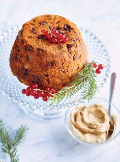 """Profitez de la saison des pommes afin de cuisiner ce délicieux pouding chômeur """"à la Ricardo""""! Christmas Pudding, Blueberry Pudding Cake, Hard Sauce, Brandy Sauce, Cake Preparation, Biscuits Graham, Dessert Stand, Dried Apricots, Serving Plates"""