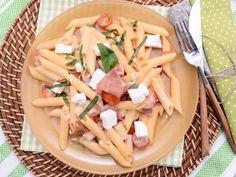 Receta | Ensalada de pasta al sabor mediterráneo con vinagreta rosa - canalcocina.es