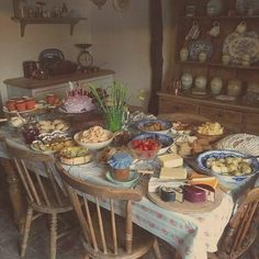 this is probably one of my favorite pctures when i think of cottagecore Cottage In The Woods, Cozy Cottage, Witch Cottage, Cottage Style, Dream Life, My Dream Home, Just Lunch, Different Aesthetics, Party Spread