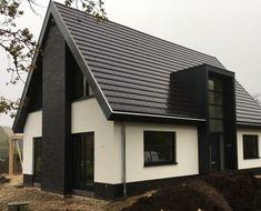 Projecten – HaBé | Bouwen in Stijl Modern Brick House, Modern Bungalow House, Modern House Plans, House Cladding, Facade House, Japanese Modern House, Guest House Plans, Old Abandoned Houses, Fantasy House