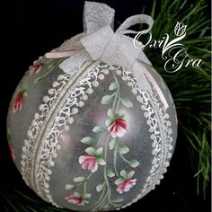 Oxi for the first time: Christmas balls - Christmas Crafts Diy Shabby Chic Christmas, Victorian Christmas, Pink Christmas, Christmas Balls, Handmade Christmas, Painted Christmas Ornaments, Hand Painted Ornaments, Beaded Ornaments, Christmas Tree Ornaments