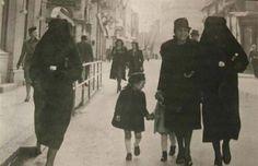 Una mujer musulmana cubre con su velo la estrella amarilla que identifica a su vecina como judía para protegerla de la persecución. Sarajevo, la antigua Yugoslavia. [1941].