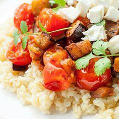 Kasza bulgur ze smażonym bakłażanem z pomidorkami oraz fetą