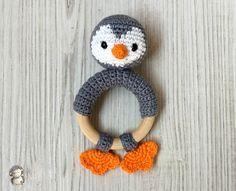 Mordedor pingüino a crochet, patrón gratis Crochet Penguin, Crochet Baby Toys, Baby Knitting, Knit Crochet, Amigurumi Patterns, Crochet Patterns, Crochet Bookmarks, Crochet Home Decor, Baby Decor
