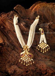 Pearl Mala With Gold Kudan Pendant, Pearl Mala With Gold Pendant Designs. Pearl Necklace Designs, Jewelry Design Earrings, Gold Jewellery Design, Gold Jewelry, Jewelry Bracelets, Necklaces, Indian Jewelry Sets, Indian Wedding Jewelry, Bridal Jewelry