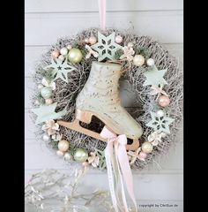 **Türkranz Schlittschuh** Ein mintfarbener Holzschlittschuh in der Größe eines Kinderschuhs prangt in der Mitte dieses wunderschönen, winterlichen Kranzes. Der Schlittschuh im shabbylook wurde...