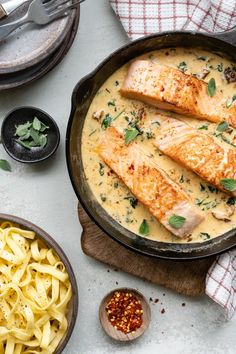Salmon in creamy sauce with tagliatelle - - Michelle Anders Baked Salmon Recipes, Seafood Recipes, Pasta Recipes, Healthy Crockpot Recipes, Healthy Meals For Kids, Food Porn, Good Food, Yummy Food, Salmon Dishes