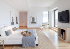 chambre adulte avec peinture murale et tableaux en tant que déco
