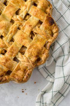 Klassischer Apple Pie Einfaches Rezept zum Backen von amerikanisch klassischem Apple Pie mit Ahornsirup. Saisonaler gedeckter Apfelkuchen mit schön dekoriertem Teig Gitter. #Applepie #Pie #Piecrust #Rezept #deutsch Apple Dessert Recipes, Apple Recipes, Baking Recipes, Desserts, American Apple Pie, Pie Crust Recipes, Cake Cookies, Cupcakes, Healthy Smoothies