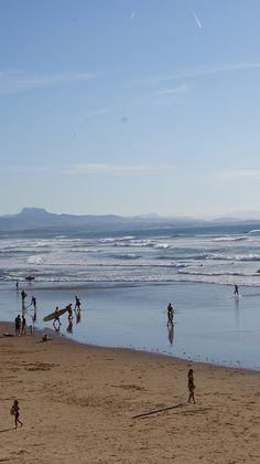 La côte des Basques à marée basse; au loin : les 3 couronnes / Biarritz, France