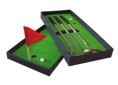 GOLF SET 3 PENNE GREEN. Set di tre penne cromate con finale a forma di mazza da golf-confezionate in una scatola nera con interno in verde che ricorda il green per giocare  e mini bandierina rossa segna buca