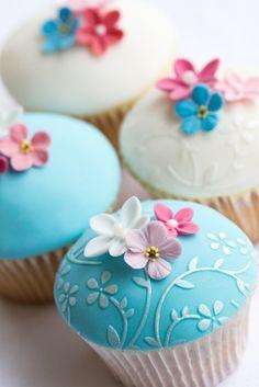 Blaue und weiße Cupcakes mit Blumen