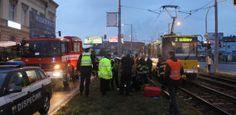 Tramvaj srazila chodce, muž bojuje o život