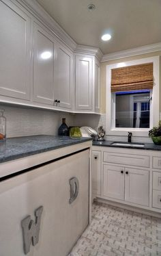 Traditional Laundry Room with Built-in bookshelf, Ms International Arabescato Cararra Splitface Marble, Drop-In Sink, Carpet