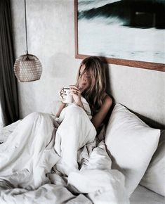 cozy / coffee in bed Coffee In Bed, Coffee Girl, Cozy Coffee, Coffee Break, Jenifer Aniston, Shotting Photo, Photographie Portrait Inspiration, Foto Casual, Landscape Illustration