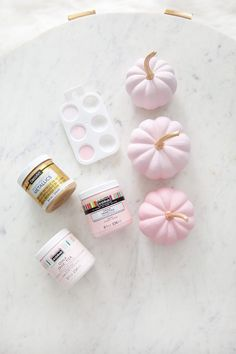 Pretty in Pink Pumpkins - Herbstdeko - Diy Halloween Projects, Dulceros Halloween, Halloween Birthday, Diy Projects, Halloween Goodie Bags, Halloween Party Favors, Diy Pumpkin, Baby In Pumpkin, Little Pumpkin