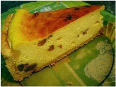 Ingrediente : 2 cani de faina o cana de zahar o cana de lapte o lingura de drojdie 200 g unt 500 g branza de vaci 6 oua 100 g stafide coaja rasa de la o lamaie 2 lingurite de esenta de rom sare Mod de preparare : Intr-un... Cheesecakes, Easter Crafts, Sandwiches, Muffin, Cooking Recipes, Mexican, Sweets, Ethnic Recipes, Desserts