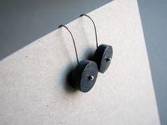 Minimalistische schwarze Recyclingpapier Ohrringe. Symbolische und umweltfreundliche ersten Jahrestag Geschenk für Frau liebt nachhaltige Schmuck und Eco-Design.  Hängenden Elemente sind handgefertigt aus Stücken Anzeige aus der Zeitung ausgeschnitten. Papierstreifen in Schläuche gerollt, abgeflacht und aufgewickelt. Fertigen Teile wurden mit ökologischen Lack zum Schutz vor Feuchtigkeit beschichtet. Ohr-Leitungen werden Sterling silber.  Ohrringe kommen in Geschenk-Box, die aus recycelten…