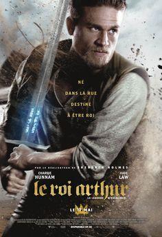Jeune homme futé, Arthur tient les faubourgs de Londonium avec sa bande, sans soupçonner le destin qui l'attend – jusqu'au jour où il s'empare de l'épée Excalibur et se saisit, dans le même temps, de son avenir. Mis au défi par le pouvoir du glaive,...