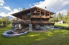 Отделка фасада деревянного дома пестрого цвета в шале стиле