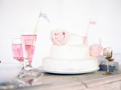 Simple wedding cake | St. Barthe's Elopement | Grey Like Weddings | Photograhy: ONE AND ONLY PARIS PHOTOGRAPHY