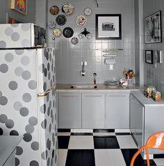 Para acompanhar o espírito bem-humorado da cozinha, a geladeira e o forno micro-ondas ganharam os adesivos em forma de bolas.