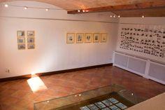 """Imagen de la """"Sala Aljibe"""", del """"Carmen de la Victoria"""", con muestras de la exposición """"Había una casa"""" de Antonio Gomez."""