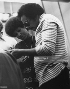 American singer Aretha Franklin in a recording studio with composer and record producer Quincy Jones circa 1973 Franklin And Friends, Music Genius, Quincy Jones, Sounds Good To Me, Soul Singers, Music Promotion, Steve Harvey, Aretha Franklin, Music Is Life