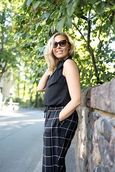 Vika työasu ennen lomaa! | pinjasblog  Black office top with a bow tie and checked pants | work outfit