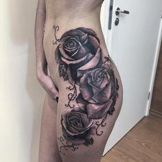 Tattoo preta de rosas no quadril feita pelo artista @camilotuero que atende no Studio @monstershousetattoo em Moema. Faça já seu orçamento: (11) 981304777 (11) 50937134 #tattoo #realismo #camilotuero #monstershouse