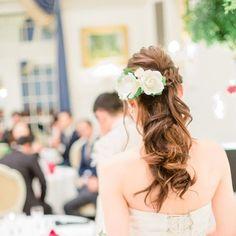 . 披露宴ヘアスタイル🎀 ヘアードがキレイに写ってるこの写真お気に入り😄✌️ 元々赤と白のバラの生花のヘアードをオーダしていたのですが、前々日、お義母さんがブーケと同じベアードを作って下さったことを知り急遽変更しました💦 とっても可愛い白とピンクのバラの造花です☺️💕 . #marry卒花嫁 #広島花嫁#花嫁ヘア #披露宴ヘア #披露宴スタイル#日本中の花嫁さんと繋がりたい #miitawedding #ちーむ0919#ルクラブドマリアージュ