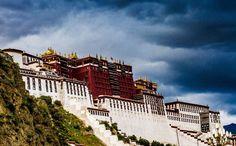 Während Ihrer Tibet Reise werden Sie ganz sicher das Potala Palast besuchen, der hoch auf dem Roten Berg thront und mit seiner exotischen Schönheit das Wahrzeichen der tibetischen Hauptstadt darstellt.