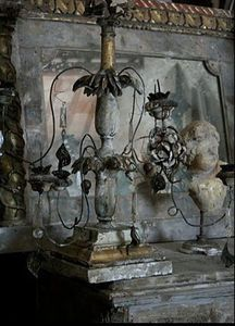 shabby and lovely Style Brut, Style Deco, Chandelier Bougie, Chandeliers, French Grey, Gray Interior, 50 Shades Of Grey, French Decor, Vintage Beauty