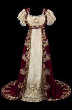 Comédie-Française costume.  Costume de style empire. Robe à taille haute en moire rose pâle, manches ballons avec rangs de perles et broderies dans le bas de la robe. Manteau de cour avec traîne en velours rouge brodé or.