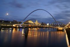 Le Gateshead Millennium Bridge, Gateshead et Newcastle upon Tyne, Royaume-Uni