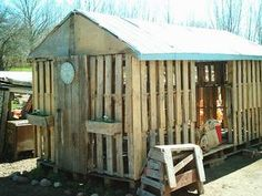 Wood Pallet Shed--of course figure out a way to keep snakes, bugs and other critters coming in to the shed! Pallet Shed, Pallet Crates, Pallet House, Old Pallets, Wooden Pallets, Pallet Benches, Pallet Tables, Pallet Bar, Outdoor Pallet